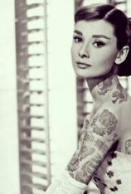 奥黛丽赫本纹身  奥黛丽赫本手臂上胡蝶和植物纹身图片