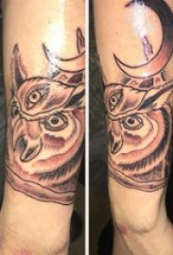 纹身猫头鹰  男生小臂上猫头鹰和月亮纹身图片