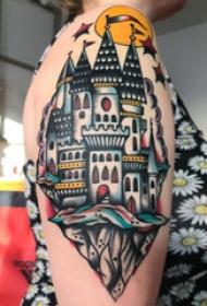 幾何元素紋身 女生大臂上彩色的建筑物紋身圖片