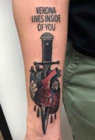 心脏纹身图案  男生手臂上心脏和匕首纹身图片