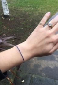 纹身手链图案 女生手腕上黑色的手链纹身图片