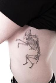 骨頭紋身 女生側腰上黑灰的骨架紋身圖片