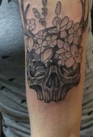 骷髅花臂纹身图片 女生手臂上花朵和骷髅纹身图片