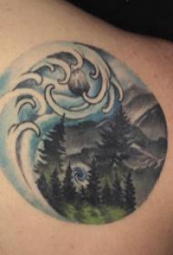 纹身风景 男生后背上彩色的山脉风景纹身图片