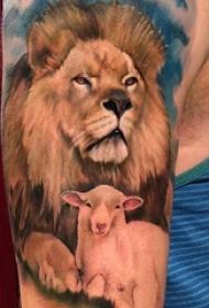 大臂纹身图 男生大臂上绵羊和狮子纹身图片
