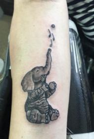 手臂內側紋身圖案 女生手臂上黑色的大象紋身圖片
