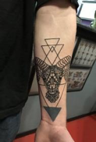 手臂纹身素材 男生手臂上三角形和山羊纹身图片