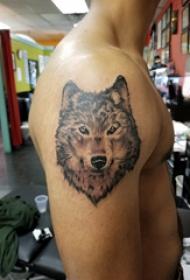 滴血狼頭紋身  男生大臂上素描的狼頭紋身圖片