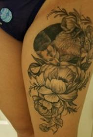 纹身图案花朵  女生大腿上狐狸和花朵纹身图片