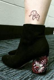 幾何動物紋身 女生腳踝上黑色的大象紋身圖片