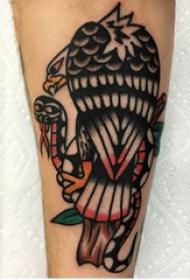 老鹰和蛇纹身图案  男生小臂上老鹰和蛇纹身图片