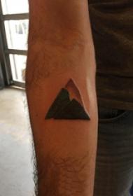 三角形纹身图 男生手臂上黑色的山脉纹身图片