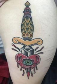 欧美匕首纹身  女生大年夜腿上匕首和心脏纹身图片