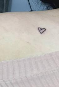 迷你小纹身  女生肩部上极简的迷你小纹身图片