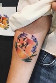 九尾狐貍紋身圖片  女生手臂上彩繪的狐貍紋身圖片