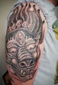 公牛头纹身  男生大臂上恐怖的公牛头纹身图片