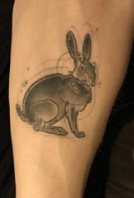 垂耳兔子纹身 男内行臂上灰色的兔子纹身图片