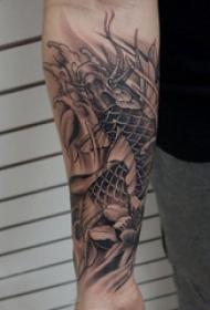 纹身锦鲤图案 男内行臂上黑灰的锦鲤纹身图片