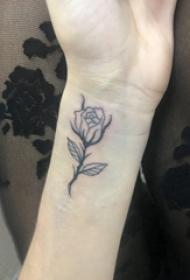 手腕纹身小图 女生手腕上精致的玫瑰纹身图片