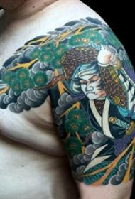 紋身日式  男生大臂上彩繪的日式紋身圖片