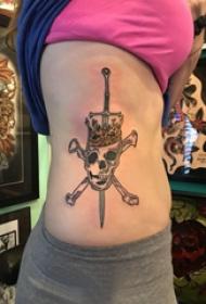 骷髅和剑纹身图案  女生侧腰上骷髅和剑纹身图片