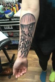 水母纹身图案  女生手臂上黑灰的水母纹身图片