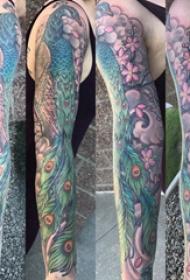 孔雀毛纹身  男生手臂上彩绘的孔雀毛纹身图片