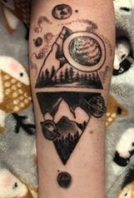 几何元素纹身 男生手臂上星球和山脉纹身图片
