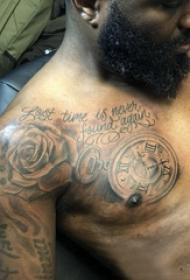 紋身肩膀男  男生肩膀上玫瑰和鐘表紋身圖片