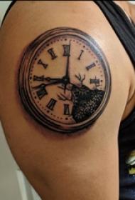紋身鐘表  男生手臂上黑灰的鐘表紋身圖片