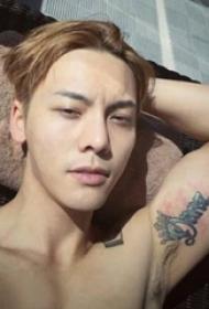 中国纹身明星  陈伟霆手臂上创意的英文纹身图片