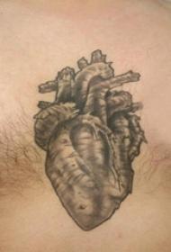 纹身图案胸部男 男生胸部黑色的心脏纹身图片