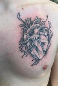 心脏位置纹身 男生胸部黑色的心脏纹身图片