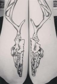 對稱紋身圖案 女生手臂上黑色的頭骨紋身圖片