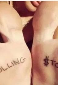 国际纹身明星  Miley Cyrus脚掌上英文和符号纹身图片