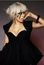 反战标记纹身  Lady Gaga手臂上黑色的反战标记纹身图片