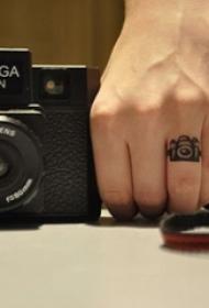 手指上纹身小图案  女生手臂上黑灰色的相机纹身图片