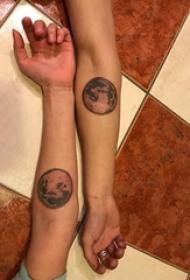 情侶紋身小圖案手腕 情侶手腕上黑色的星球紋身圖片