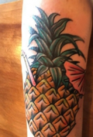 菠萝纹身图案 女生手臂上彩色的菠萝纹身图片