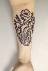 手臂紋身素材 男生手臂上花朵和心臟紋身圖片