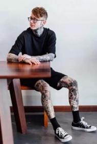 欧美帅哥展示帅气的纹身