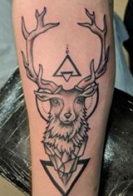 手臂纹身素材 男生手臂上三角形和鹿纹身图片