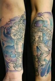 手臂纹身图片 男生手臂上彩色的宇航员纹身图片