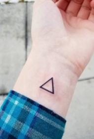 几何元素纹身 男生手腕上黑色的三角形纹身图片