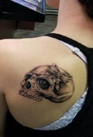 创意情侣纹身  情侣后背上彩绘的骷髅纹身图片