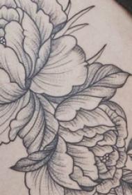 花卉纹身图案  女生大腿上黑灰色的花卉纹身图片