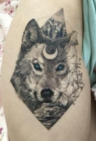 幾何元素紋身 女生小腿上狼頭和山水風景紋身圖片