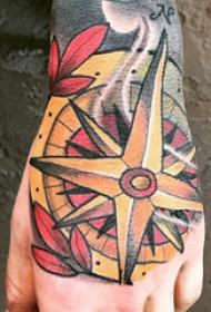 手背纹身 男生手背上彩色的指南针纹身图片