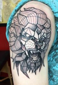 大臂纹身图 男生大臂上黑色的几何狮子纹身图片