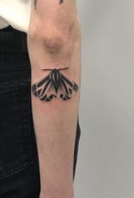 手臂纹身图片 男生手臂上黑色的飞蛾纹身图片